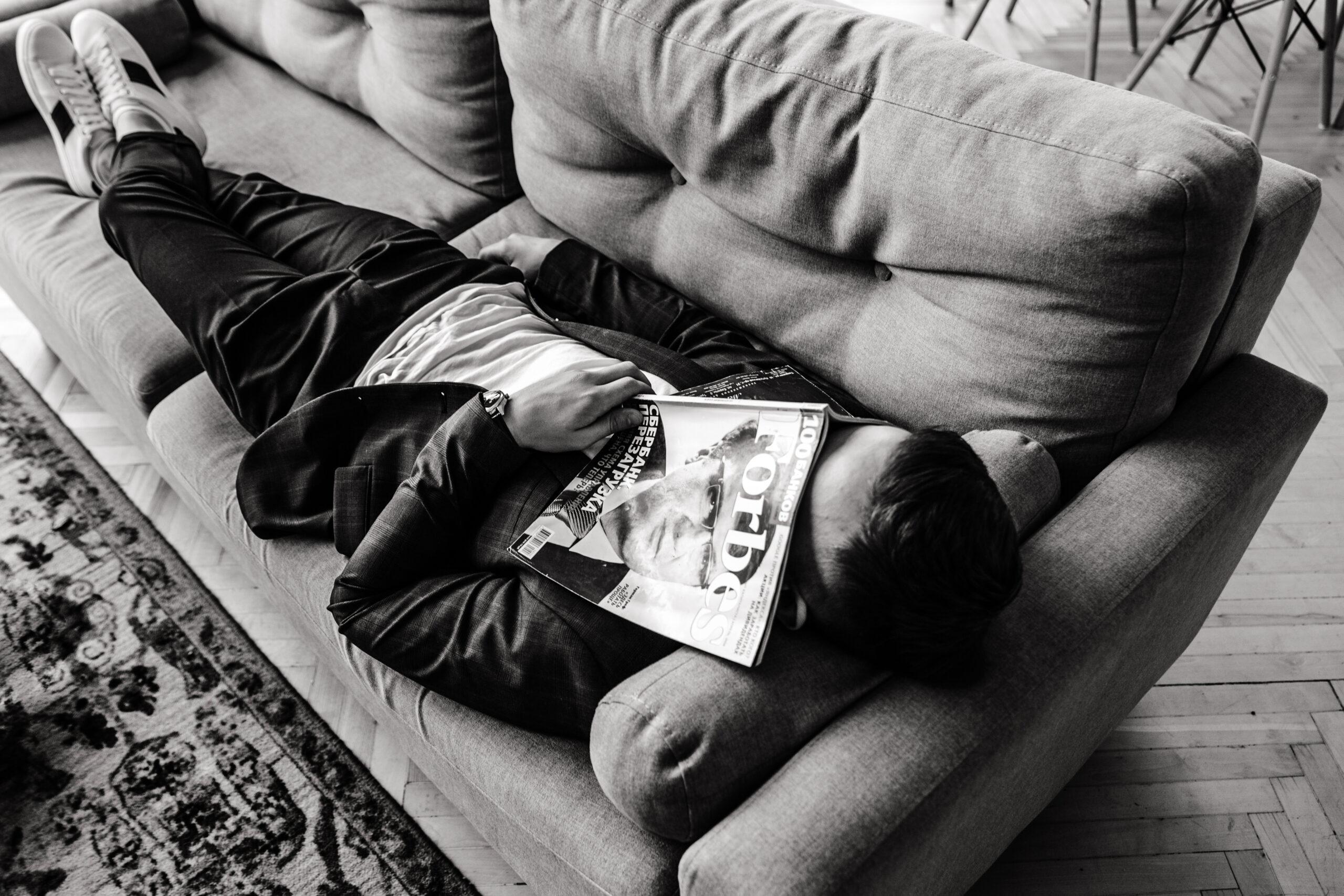 Янош Бачин на диване