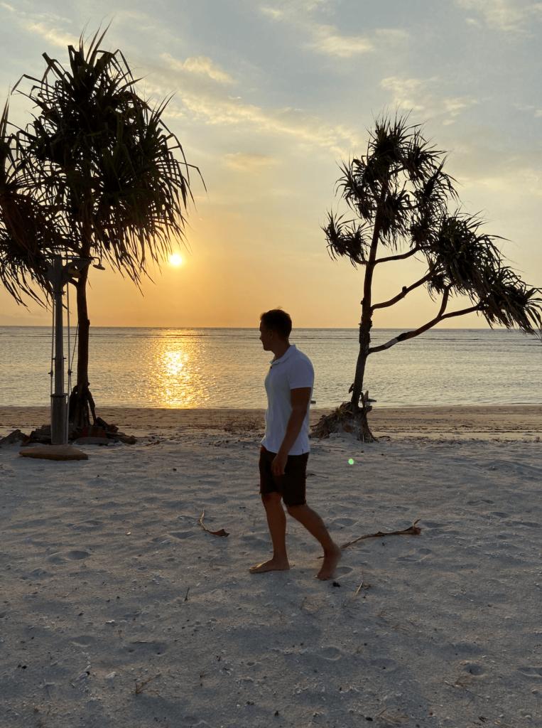 Янош Бачин на острове Траванган Гили